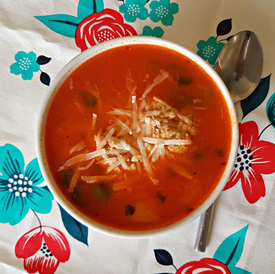 Zupa pomidorowa z klopsikami ipesto